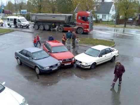 Audi 80, Audi 80 y Audi 80 en un pequeño accidente