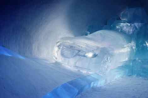 Escultura sobre hielo de un Saab Aero-X Concept