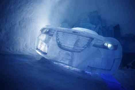 El frontal del coche de hielo en el hotel de hielo