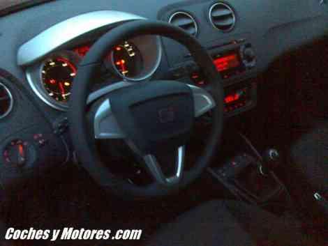 El interior del nuevo Seat Ibiza, con la iluminación activada