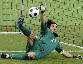 Buffon para un penalti a Mutu