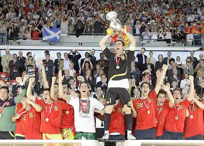 casillas coge el trofeo de la Eurocopa, palop arconada ramos antonio puerta
