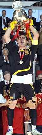 Casillas levanta la Copa de la Eurocopa