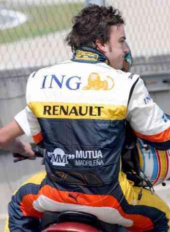 Fernando_Alonso_recogido_motocicleta