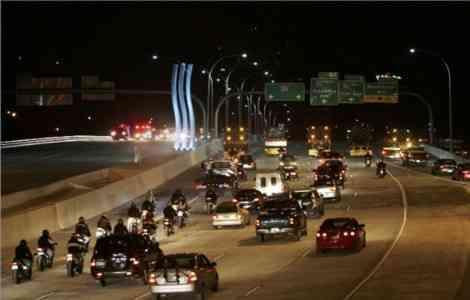 Columnas de cemento especial que oxigenan los gases contaminantes de los coches