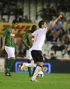 El Valencia sufre para lograr el pase 3