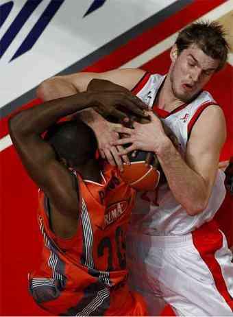 Pietrus y Splitter pelean un balón