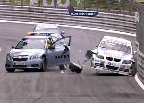 El momento posterior al choque entre el coche de seguridad y el BMW