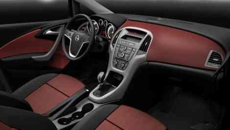 El interior de un Opel Astra 2010 en un acabado básico