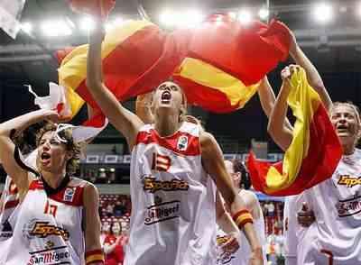 Las jugadoras de la selección española festajan el bronce