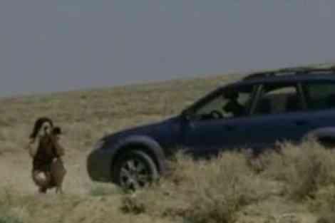 Brenda conduce un Subaru Outback y va acompañada de dos perros