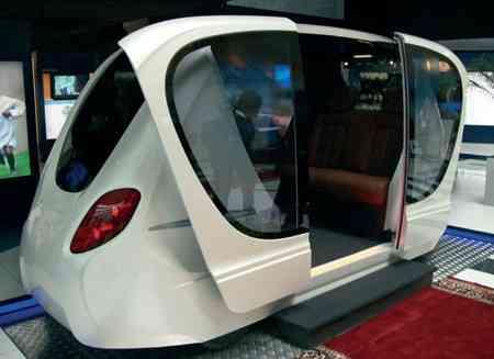 La ciudad del futuro con el coche del futuro 11