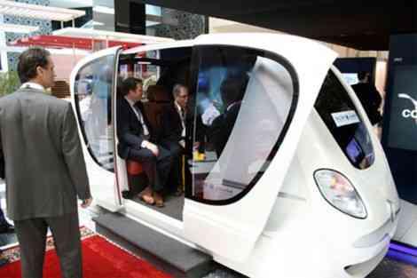 La ciudad del futuro con el coche del futuro 12