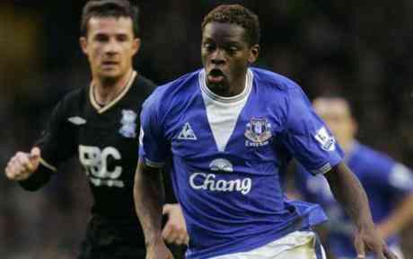 El Everton contará con Louis Saha hasta el 2012 3