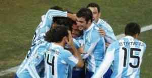 Argentina se aprovecha del árbitro para ganar con comodidad 3
