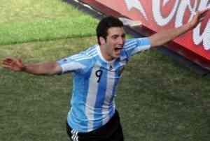 Higuian hace un hat-trick y Argentina golea 3