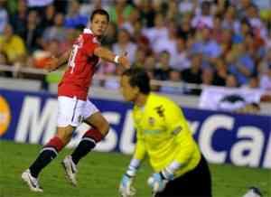 el manchester derrota al valencia con gol de chicharito