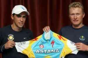 Alexander Vinokourov le echa una mano a Contador