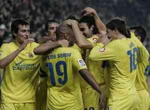 jugadores-Villarreal-celebran-gol-Capdevila