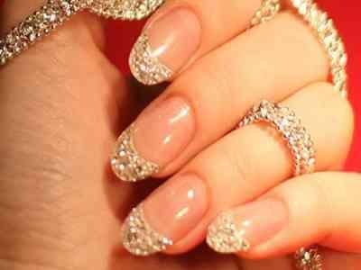 Manicura hecha con diamantes 3