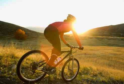 mujer-montando-en-bici