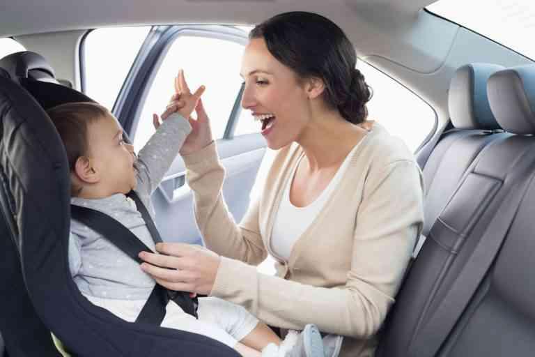 Más de la mitad de los padres, ponen en riesgo a sus hijos en el coche