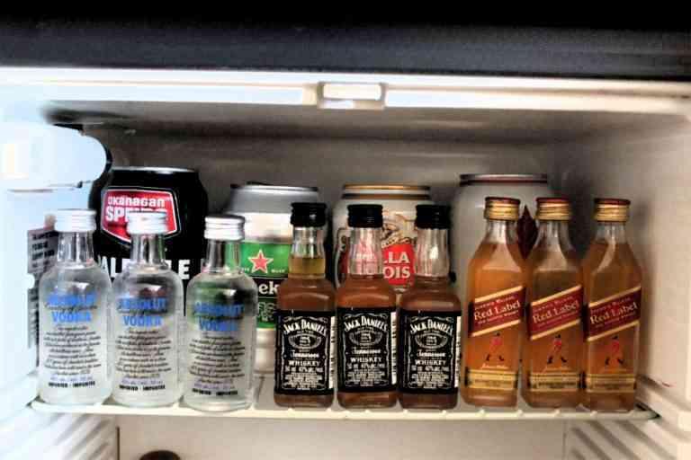 Un tercio de los españoles afirman rellenar las botellas del minibar con agua o zumo