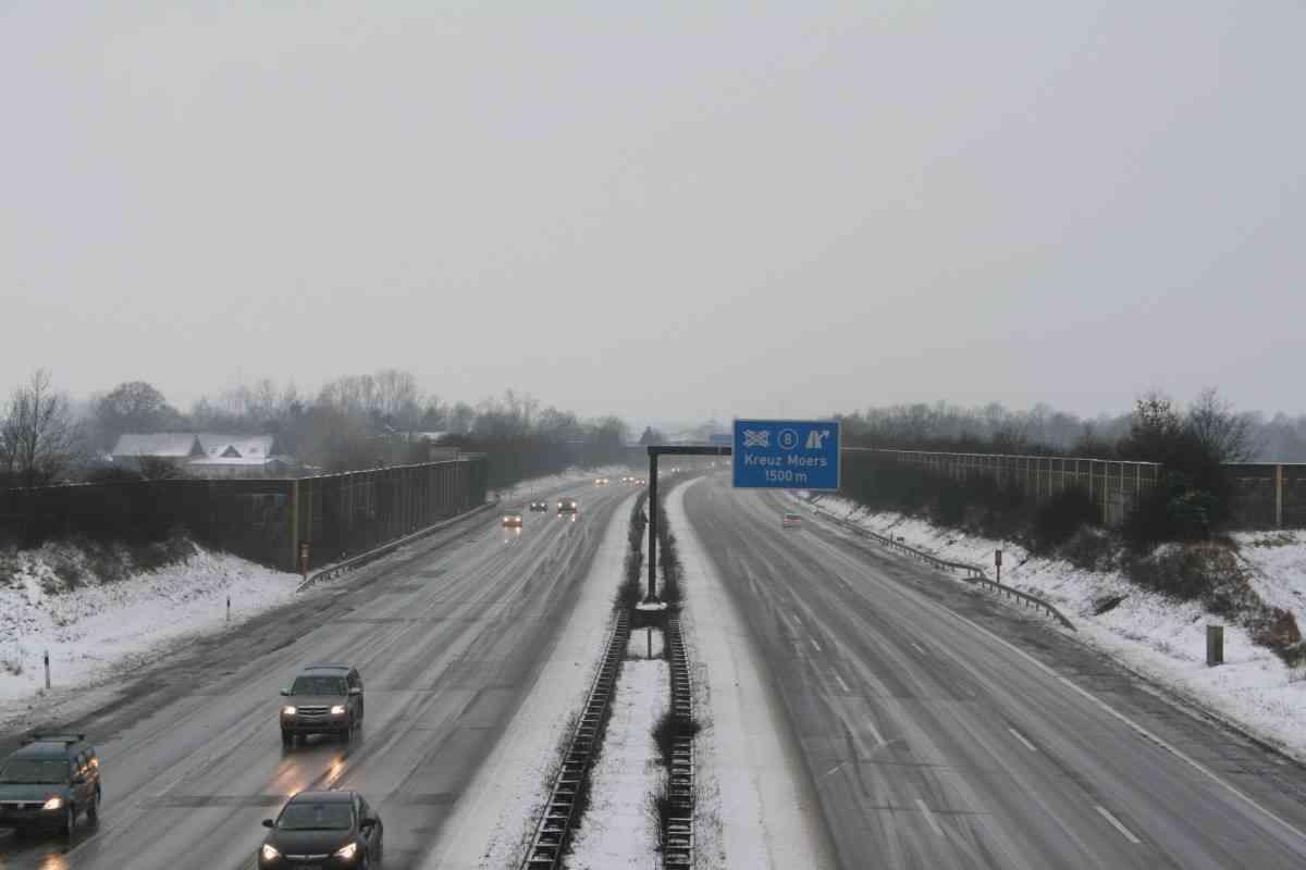Consejos para conducir seguros con placas de hielo en la carretera