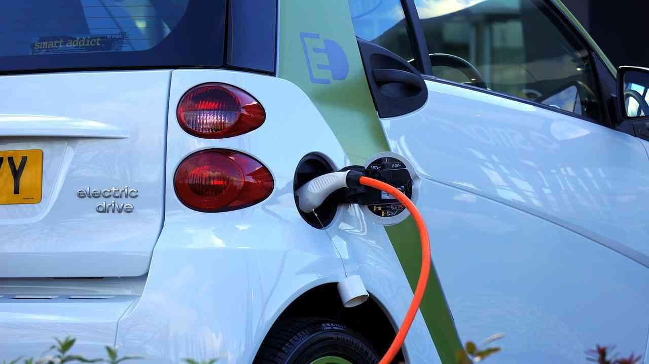 Cambiar el lugar de carga para vehículos eléctricos podría generar ciudades más limpias, seguras y menos saturadas 1