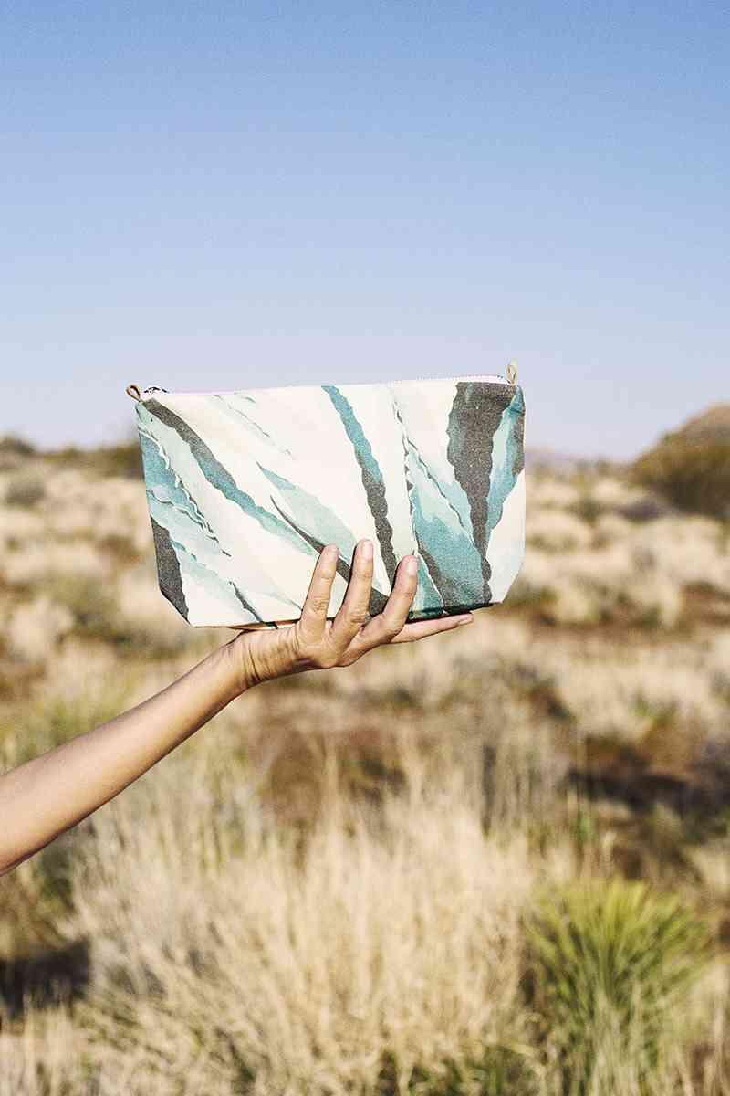 La marca Afortunadas y la artista Elena Ardanaz mezclan su arte en una nueva línea de bolsos