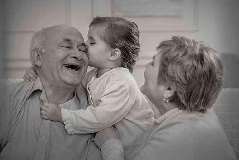 Estar con los abuelos está entre las tres cosas que hacen más felices a los niños y una de las que más extrañan
