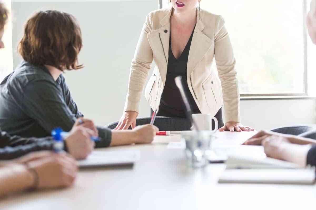 Cuáles son los aspectos y competencias del entorno laboral donde destacan las mujeres