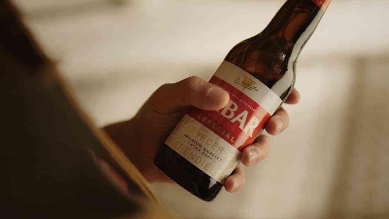 Todo lo bueno acaba en bar, la nueva campaña nacional de cervezas Ambar 3