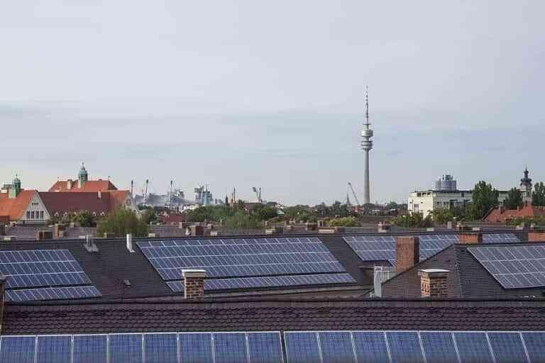 Placas solares para ahorrar electricidad en hogares y empresas